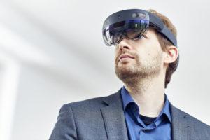 Mann mit 3DQR Brille