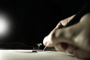 Hand führt einen Stift