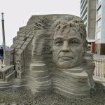 eine Sandskulptur mit gigantischem Kopf