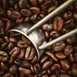 Kaffeelöffel in Bohnen