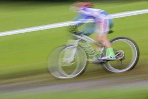 Kind betreibt Radsport