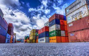 gestapelte Container in vielen Farben an Land