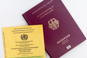 gelbes Impfheft und Reisepass