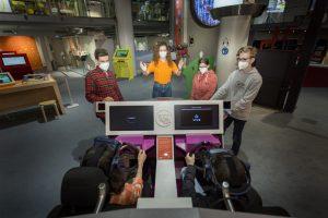 Kinder in einem Simulator im Museum