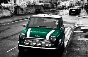 grüner Mini am Straßenrand